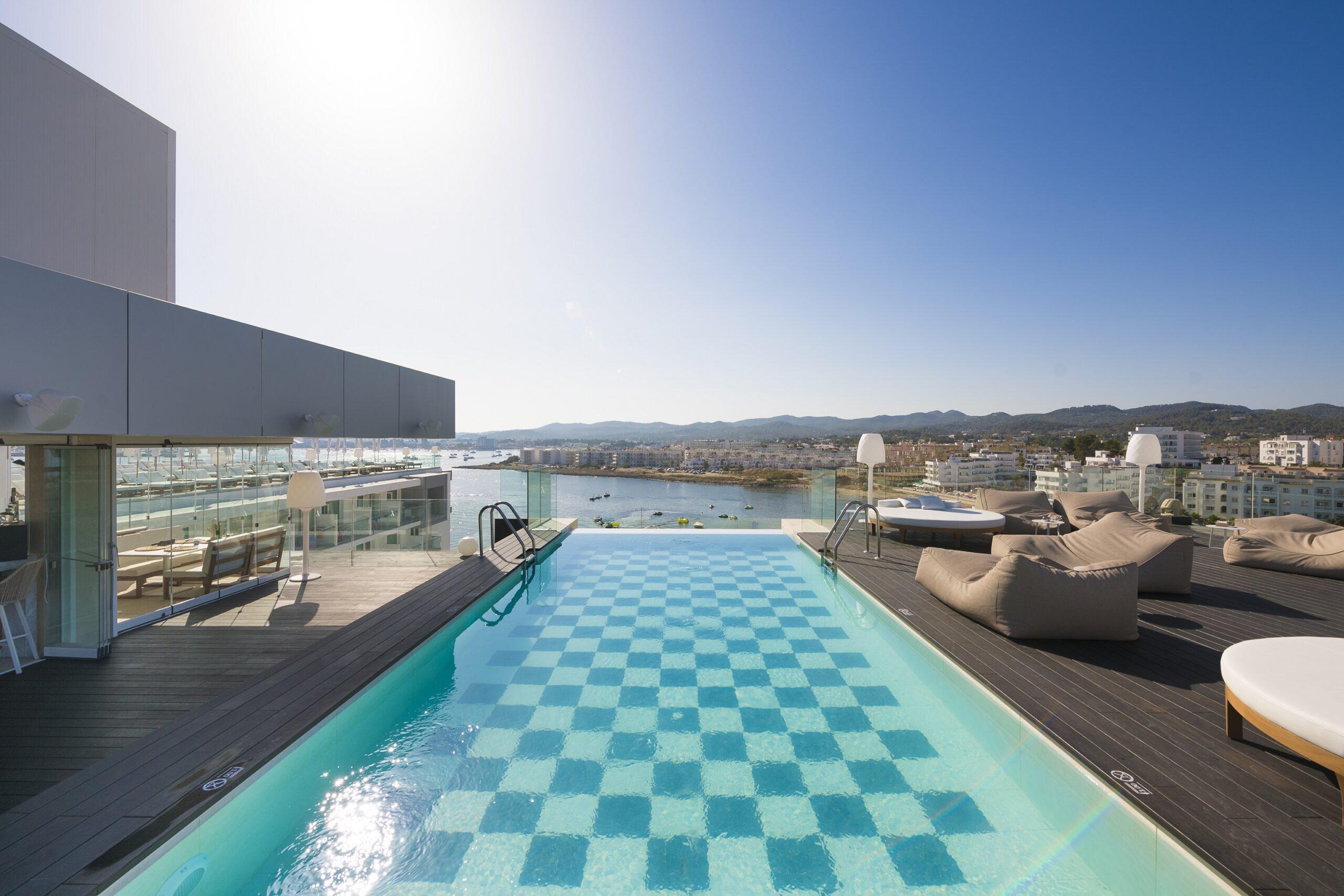 La piscina y el rooftop de Amàre Beach Hotel Ibiza son dos de sus rincones más icónicos e instagrameados